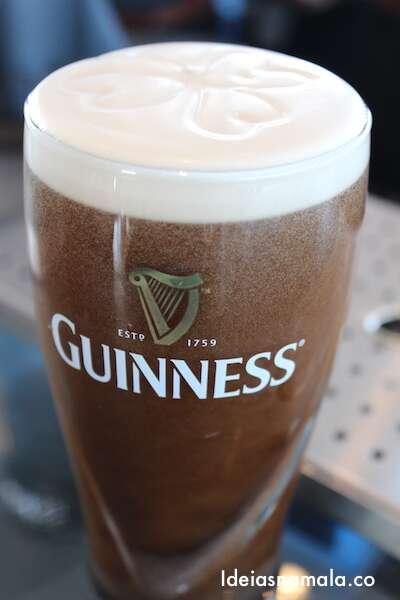 Meu pint de Guinness, com direito a trevo de 4 folhas desenhado na espuma