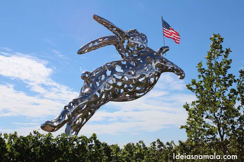 Escultura de coelho na entrada da Hall
