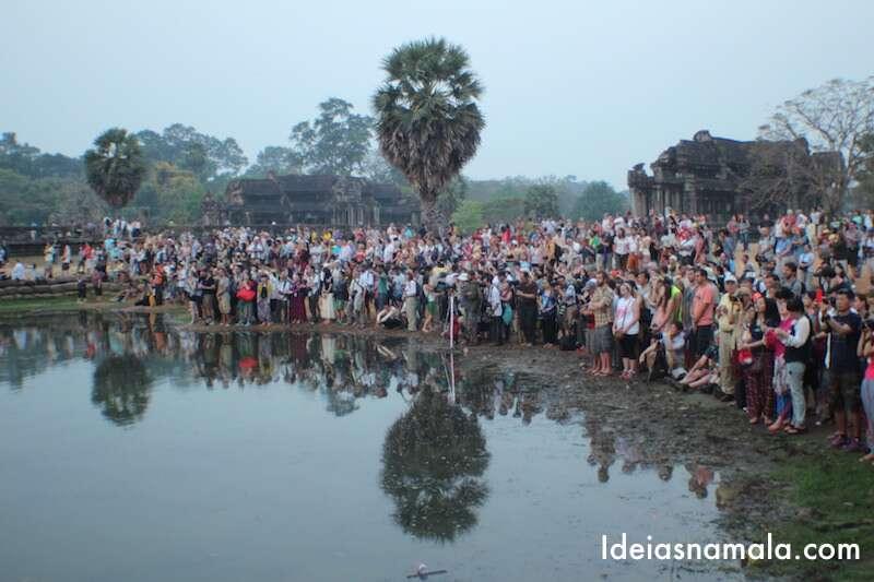 Assim como você, muita gente também quer ver o sol nascendo no Angkor Wat