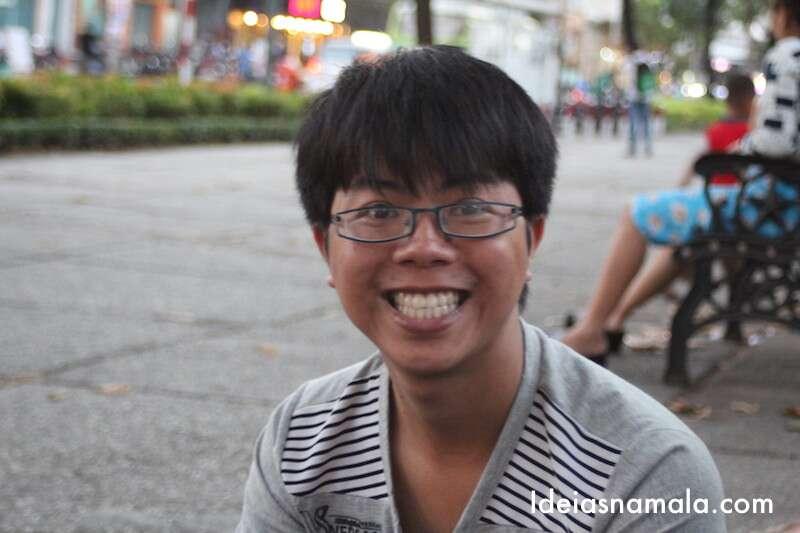 Um dos meninos sorridentes do grupo