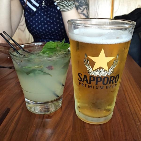 Mojito de Manjericão e cerveja Sapporo