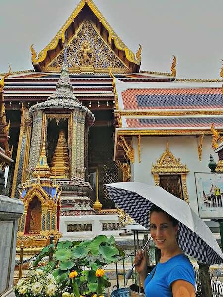 Terra estrelando com seu guarda chuva em Bangkok