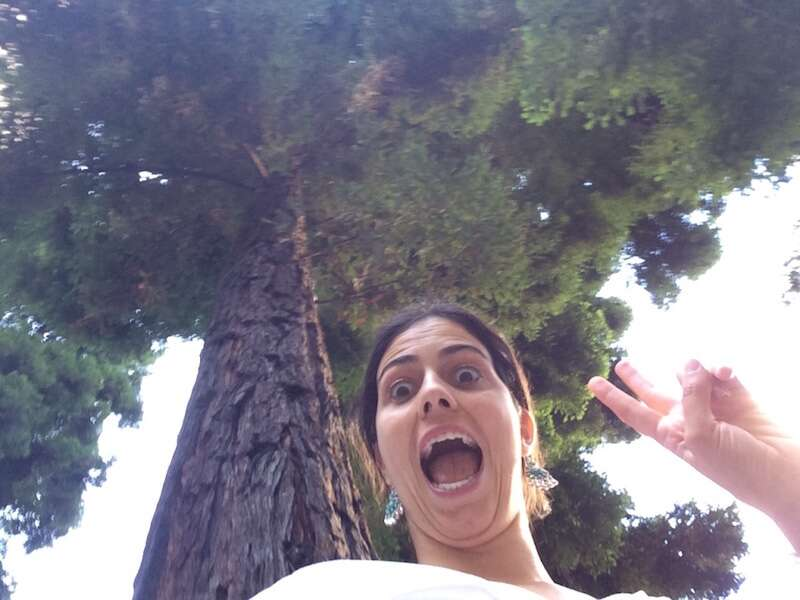 Mari com cara de doida brincando com as sequoias Redwood