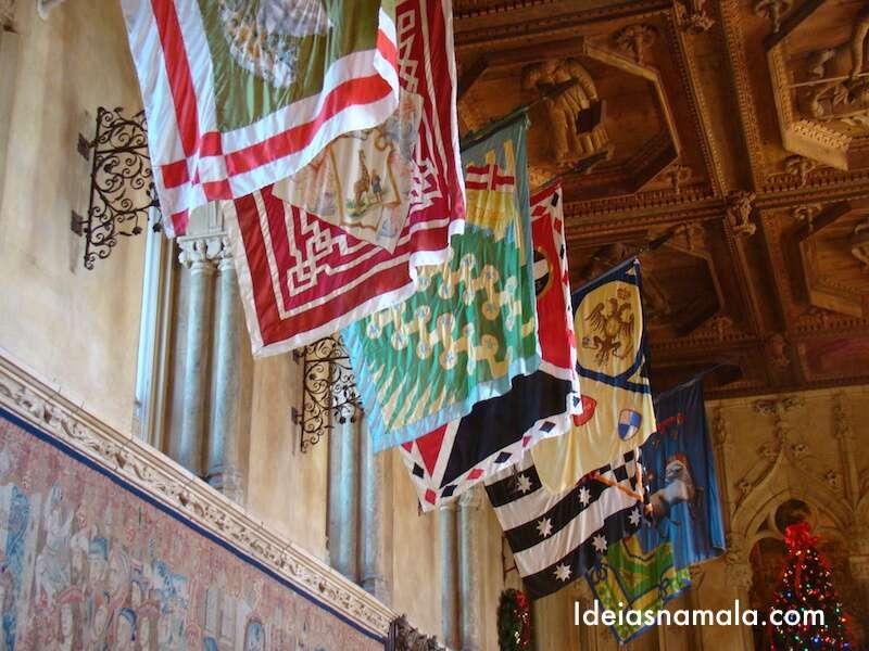 Detalhe: bandeiras medievais no teto