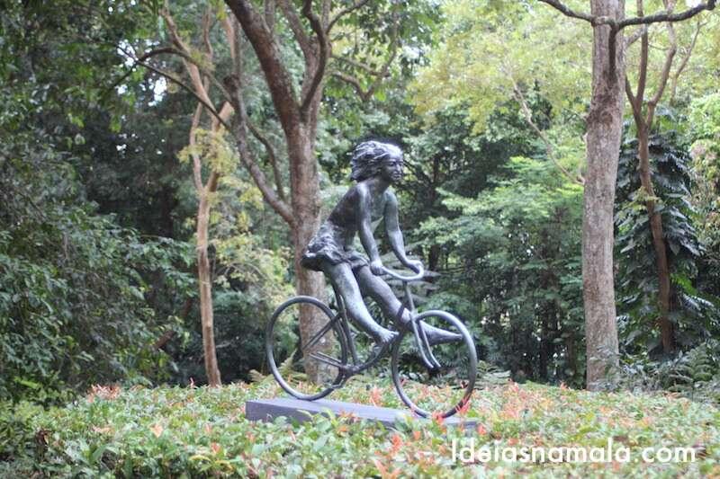 Estátua: menina de bicicleta - Jardim Botânico de Cingapura