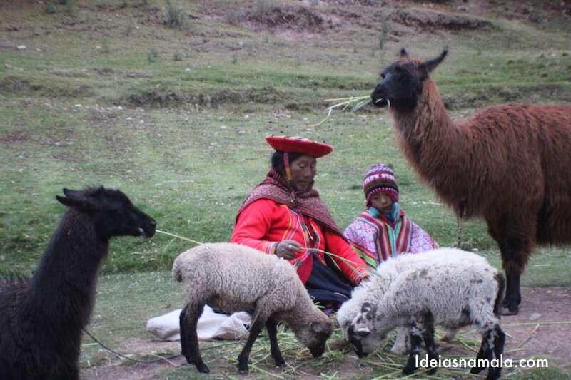 Criança trabalhando e um Sitio Arqueológico de Cusco