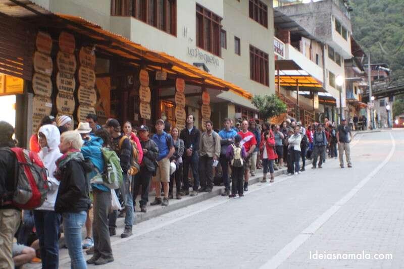 Fila para subir no Machu Picchu