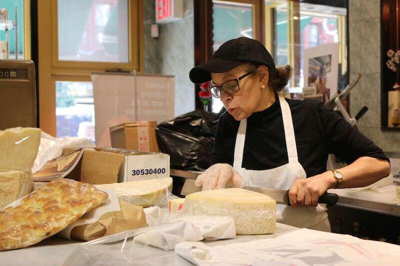 Di Palo's Fine Foods - Atendente explicando sobre o queijo