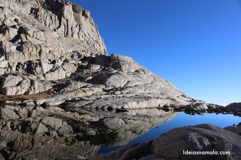 Lago na trilha do Mount Whitney