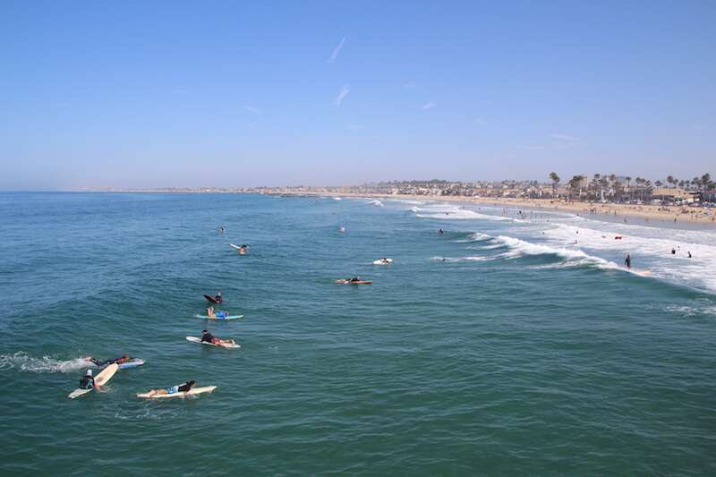 Surfistas em Newport Beach Califórnia