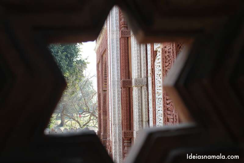 Ornamento no complexo do Qutub Minar