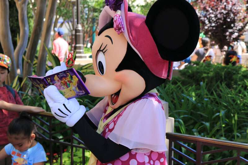 Minnie dando autógrafos na Disneyland