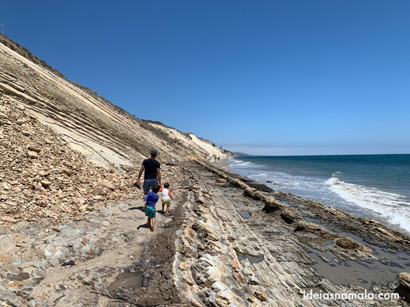 Gaviota State Park, a praia fica estreita na maré alto