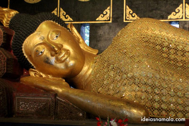Buda reclinado no templo Wat Chedid Luang