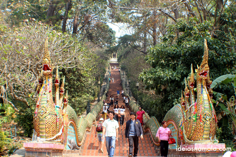 Escadaria do templo Wat Doi Suthep