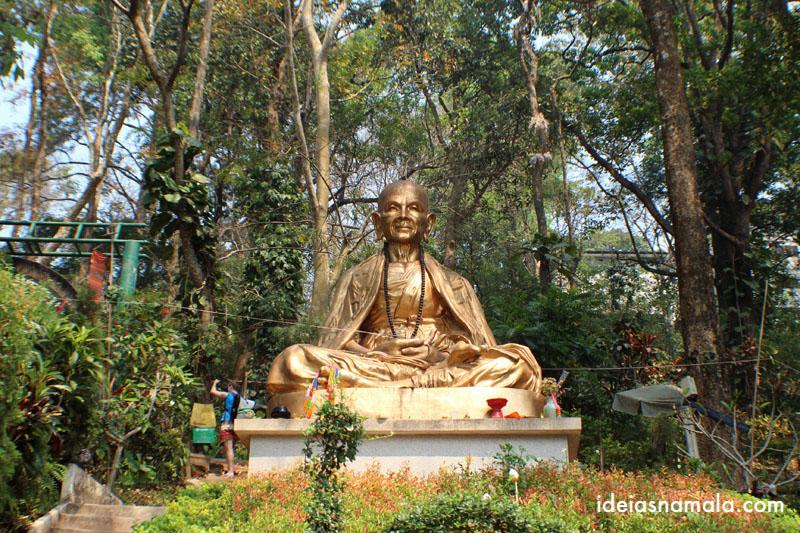 Estátua dourada no Templo Wat Doi Suthep