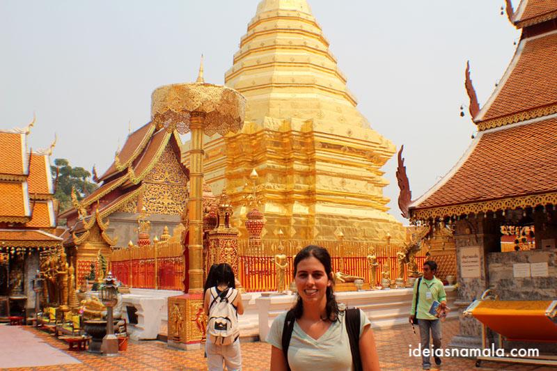 Estopa dourada do Wat Phra That Doi Suthep em Chiang Mai