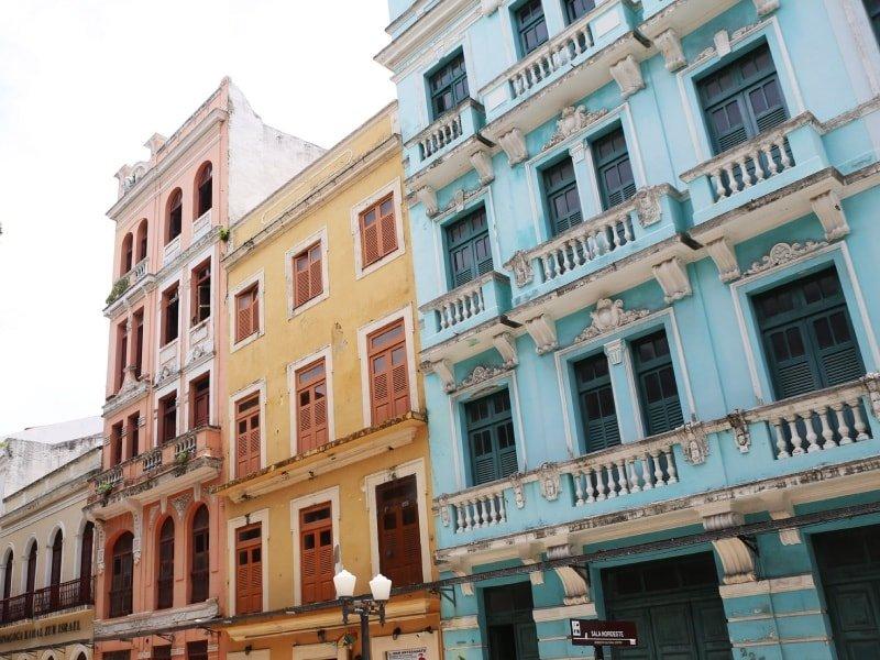 Fachadas coloridas da rua Bom Jesus