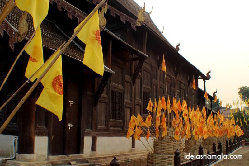 Bandeiras no templo Wat Pan thao em Chiang Mai