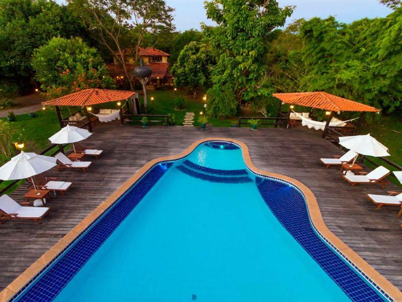 área da piscina do hotel santa esmeralda