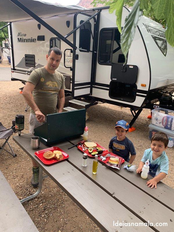 Acampando com o trailer - refeição ao ar livre