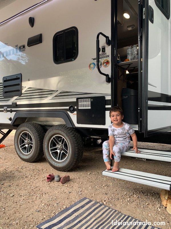 Caio brincando no trailer