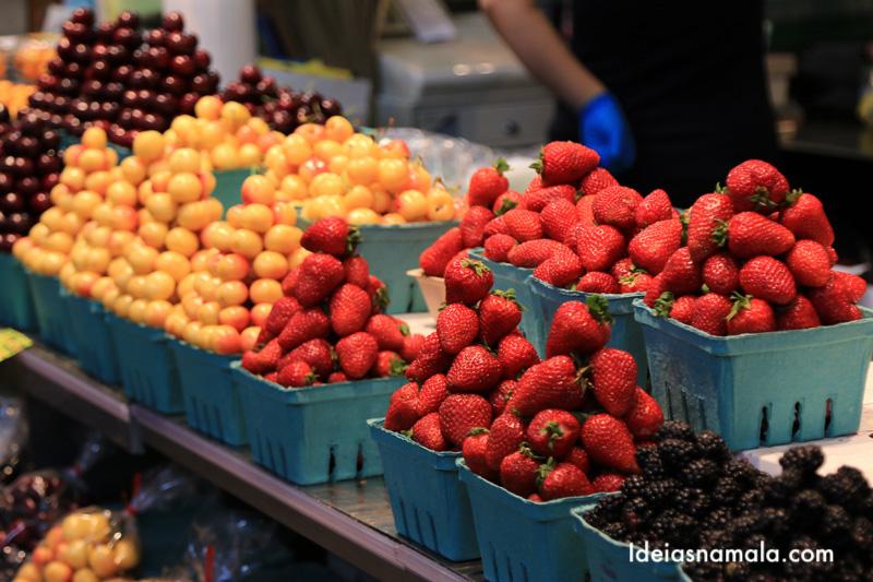 Frutas no mercado da Granville Island em Vancouver