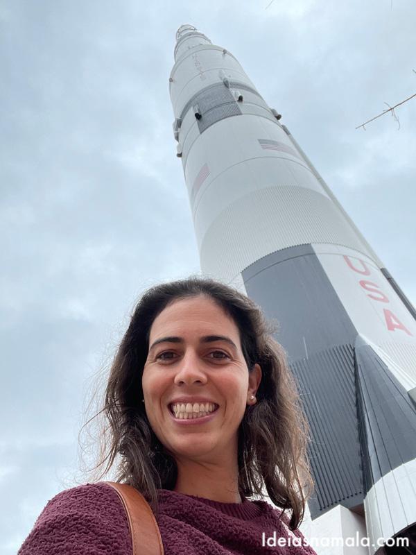 Réplica de foguete na entrada do centro espacial de Huntsville