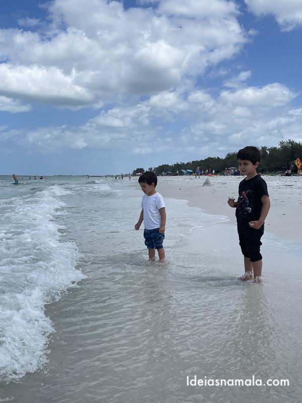 Crianças curtindo a Coquina Beach em Anna Maria Island