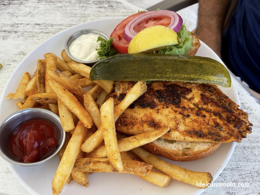 Sanduíche de peixe com fritas no Beach House