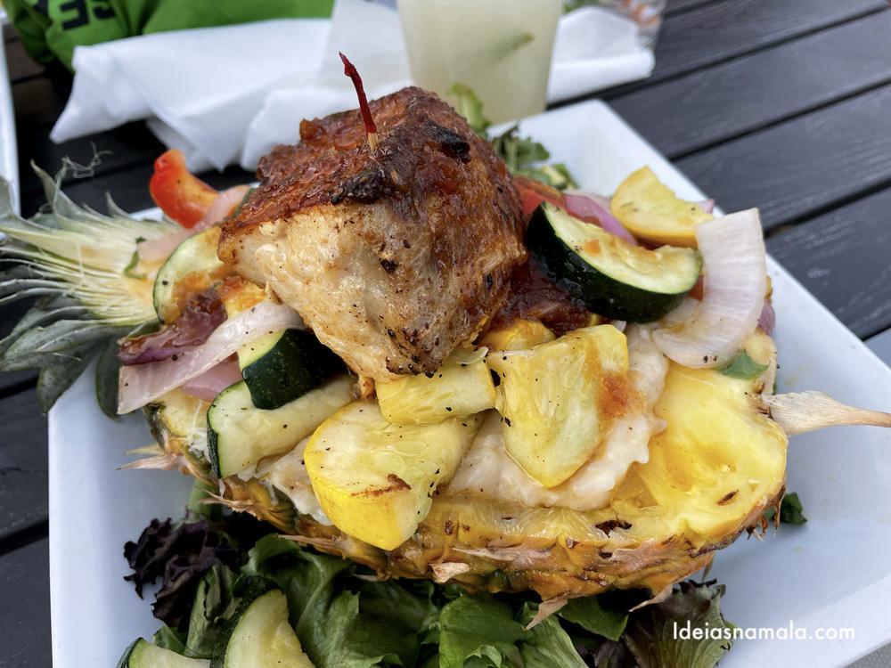 Peixe servido no abacaxi - Ugly Grouper