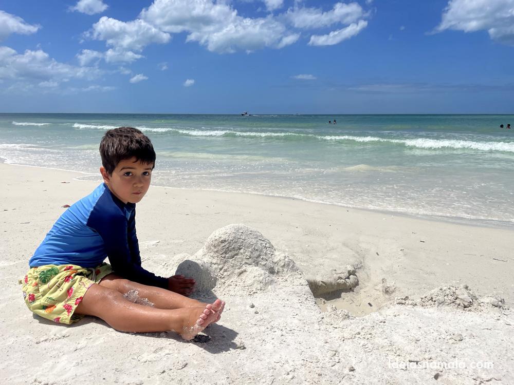 Castelo de areia na Anna Maria City Beach