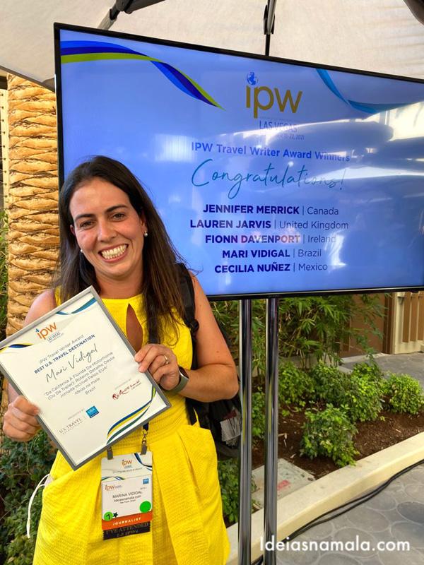 Mari Vidigal recebe o prêmio da IPW